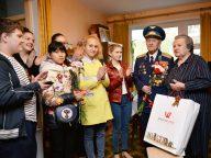 Ветеранов-семью Кривых поздравили с Днем Победы депутат Евгений Ростов и ученики школы №15